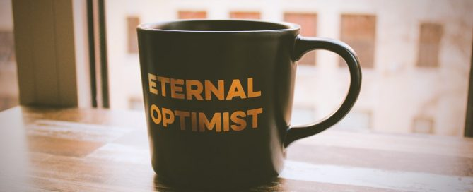 "tazza da te con la scritta ""Eternal optimist"""