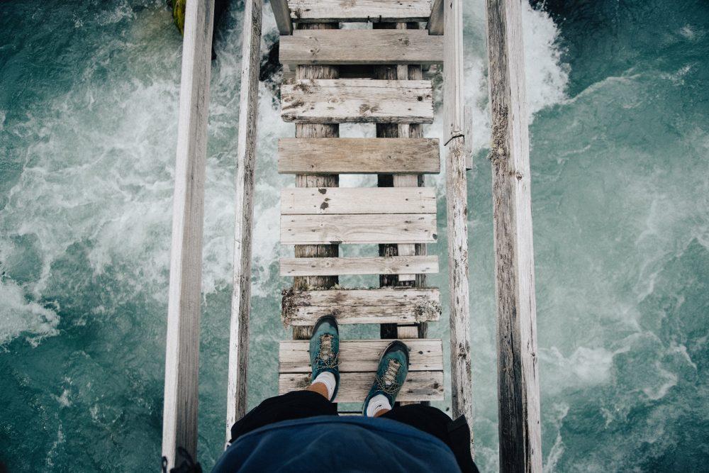 persona cammina su un ponte sospeso